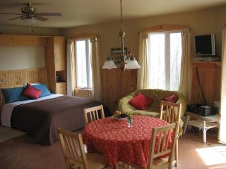 Cosy accommodation surrounded by nature! Two modern, spacious, self-catering chalets, North Hatley