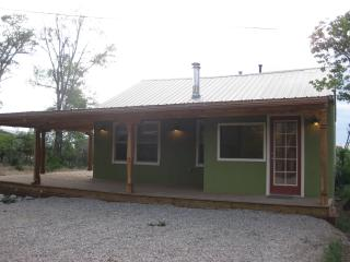 Charming 2 Bedroom Casita near Taos Plaza.