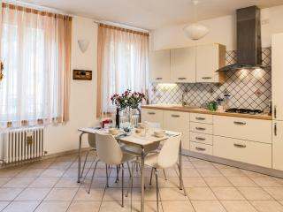 The diningroom and the kitchen. Roomy, light-filled, all tools and appliances provided.