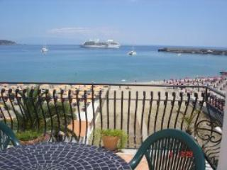 NICE APARTMENT WITH BIG TERRACE FRONT SEA  CENTRAL, Giardini Naxos
