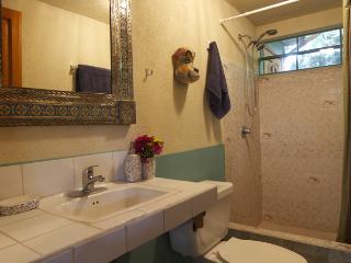 cuarto de baño con ducha doble de alta potencia.