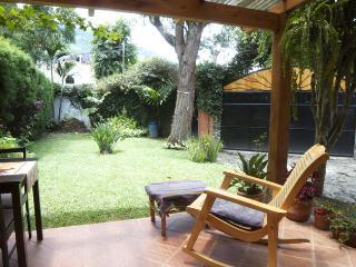 vista al jardín desde el patio del ciprés