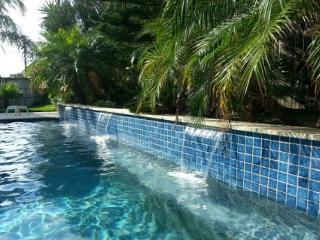 Belle Isle Sleeps 40! 6 Bedroom/4 Bath, PRIVATE POOL and GOLF CART!, Port Aransas