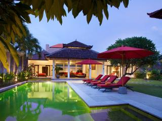 Villa Alma next to beach, shops and restaurants, Legian