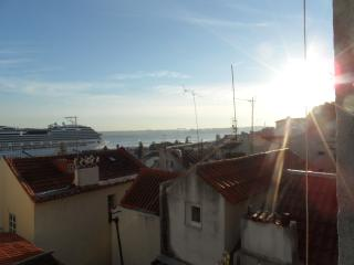 Beautiful riverview in Alfama!, Lisbon