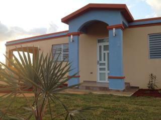 Villa Porta del sol, new home with AC near beaches, Isabela