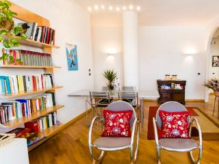 Beautiful and Modern Apt short walk from center, Bologne