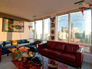 Very Large Family Friendly 3 Bed/2Bath Penthouse Heart of the City Sleeps 6, Vancouver
