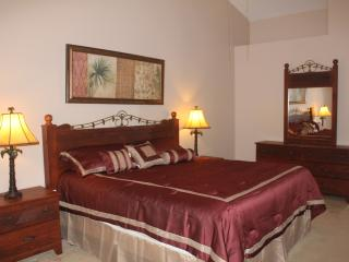 Lakefront, Gated 4 Br/3 Ba, sleep 10, 5 miles to Disney, Free WiFi/Cable TV -09, Kissimmee