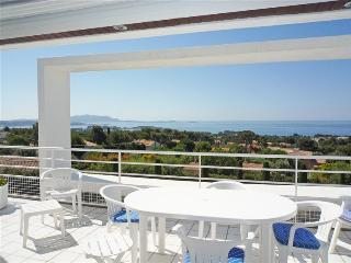 Beautiful 2 Bedroom Flat with WiFi and Terrace, Ba, Bandol