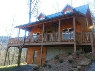 LUXURY LOG CABIN - GORGEOUS VIEWS, HUGE HOT TUB, WIFI, FIRE PIT & GAME ROOM!, Sylva