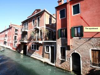 Apartment over venetian Canal and with big terrace, Veneza