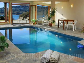 LUXURY 4 BED/ 3.5 BATH (H7) ON THE LAKE WITH POOL!, San Carlos de Bariloche
