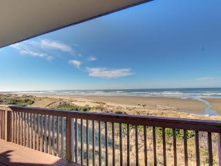Lovely oceanfront home with views and a solarium!, Florence