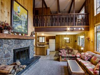 Cozy retreat w/ private hot tub, fabulous deck & access to shared pool, sauna!