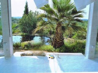 Atelier-Studio: 2-4 poeple, modern house,art,air conditiion,Wifi,nearby the sea