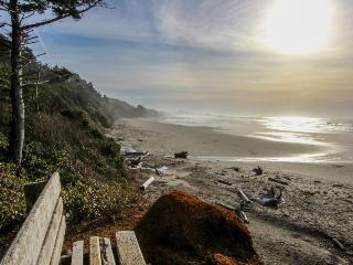 Oceanfront suite w/ gorgeous views of Pacific & easy beach access - dogs ok!, Otter Rock