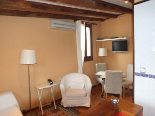 Cozy, calm, sunny apt in the Historical Center, Barcelona