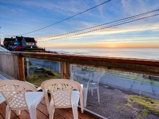 Dog-friendly home w/ deck and unobstructed ocean views - close to beach!, Lincoln City