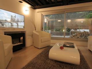 Living-room with 18th century wooden beams and direct access to the terrace