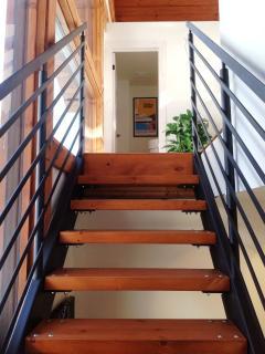 Escalier vers salon, cuisine et salle à manger