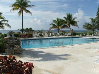 Ocean Front Coral Beach Condo, Beautifully Renovated, Freeport
