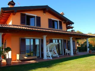 Panoramic villa with pool and great lake view!