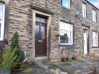 WEAVER'S COTTAGE, stone-built terraced cottage, WiFi, woodburner, walks from the door, in Skipton, Ref 31110