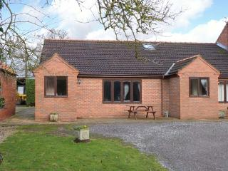 THE GRANARY, single-storey cottage with free tennis and subsidised golf, near