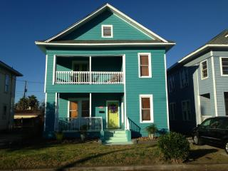 Blue Wave Beach House - 1 Block from Beach!, Galveston