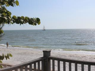 Family-friendly Beach Front Cottage - Sleeps 10, Fort Myers Beach