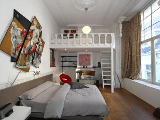 SUPER location 1 bedroom canal apartment., Amsterdam
