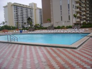 On the Beach MId BEACH- Stunning View- Free valet parking-large heated pool- all amenities, Miami Beach
