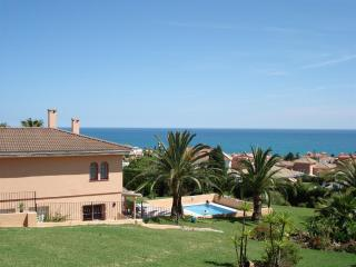 Sleeps 4. Quiet light apt in garden setting by sea, Estepona