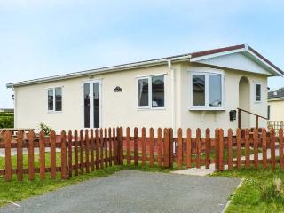 PEBBLE LODGE, detached lodge on a holiday park, well-equipped, garden, on-site