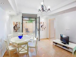 GROUND FLOOR 2 BDR APT  WITH LOVELY GARDEN, Jerusalén