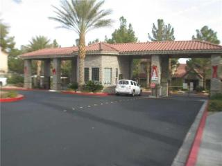 5 miles to strip! Luxury Condo Red Rock pool gym, Las Vegas