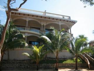 The SandBarr Roatan - Luxury Oceanfront 3 Bed/3 Bath Villa with private roof top
