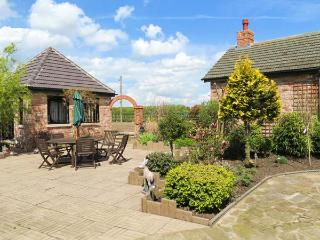 ROE DEER HOUSE, luxury property, corner bath, woodburner, near Lincoln, Ref 903616