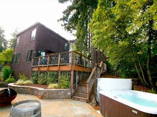 """Summerwood"" Sun,quiet,Stunning,Hot Tub,Decks, Near Wineries! 3 nights for 2!, Guerneville"