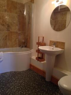 Shower/bath in en-suite bedroom.