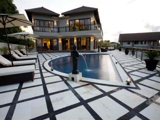 Royalty King villa, 6 beds, car+driver, Jimbaran