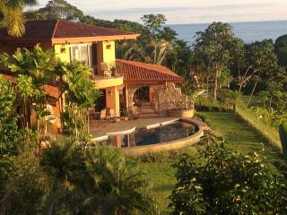 CASA SERENDIPIA! OCEAN FRONT PLAYA DOMINICAL 3 MINUTES ABOVE THE BEACH!, Dominical
