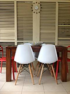 DINING SPACE THAT CAN ACCOMMODATE  SIX PEOPLE EASILY