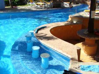 2 Bdrm 1 Bath Condo, 2 Bikes, 2 Snorkeling gear, 2 Fish poles, Air mattresses, sun bathing lounges, Pool, all included