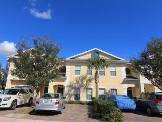 Gated 4 Br/3 Ba, 6 miles to Disney, private Jacuzzi, Free WiFi/Cable TV, Kissimmee