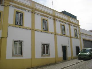 Charming traditional townhouse, great location, Santiago do Cacém