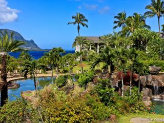 Steps from beach with award-winning pool, Princeville