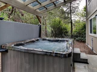 Conveniently-located, dog-friendly home w/ private, four-person hot tub, Florence