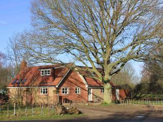 OAK TREE LODGE, WiFi, en-suite, woodburning stove, parking, garden, in